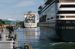 Barcos de cruceros en Juneau, Alaska fotos de archivo libres de regalías