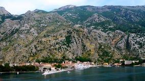 Barcos de cruceros en Kotor, Montenegro imagen de archivo
