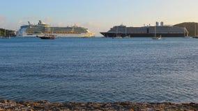 Barcos de cruceros en la bahía Fotografía de archivo libre de regalías