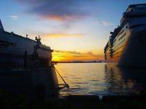 Barcos de cruceros en la puesta del sol Imagen de archivo
