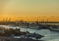 Barcos de cruceros en la salida del sol Imagen de archivo