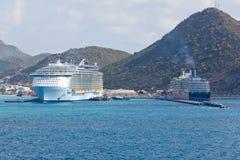 Barcos de cruceros en Philipsburg, St. Maarten Imagen de archivo libre de regalías
