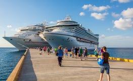 Barcos de cruceros en puerto Imagen de archivo libre de regalías