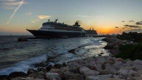 Barcos de cruceros en puerto en puesta del sol metrajes