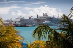 Barcos de cruceros en St. Maarten, del Caribe Fotos de archivo libres de regalías