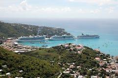 Barcos de cruceros en St. Thomas, del Caribe Foto de archivo