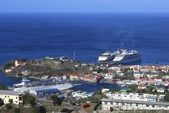 Barcos de cruceros en Trinidad, del Caribe Fotos de archivo