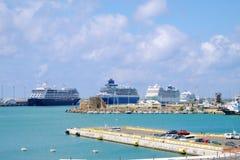 Barcos de cruceros grandes en el puerto Fotos de archivo libres de regalías