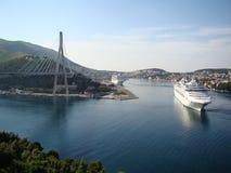 Barcos de cruceros que navegan en el puerto Foto de archivo libre de regalías