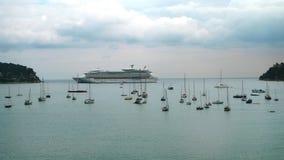 barcos de cruceros y yates de la playa en Italia Imagenes de archivo