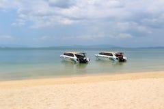 Barcos de dos velocidades en la playa Fotografía de archivo libre de regalías