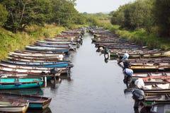 Barcos de enfileiramento amarrados perto do castelo de ross Imagem de Stock Royalty Free