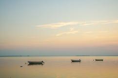 Barcos de enfileiramento ancorados no crepúsculo Imagem de Stock