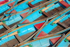 Barcos de enfileiramento azuis de acima imagens de stock