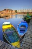 Barcos de enfileiramento coloridos brilhantes no canal urbano Fotografia de Stock Royalty Free