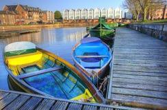 Barcos de enfileiramento coloridos brilhantes no canal urbano Imagens de Stock