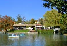 Barcos de enfileiramento dos povos no parque Fotos de Stock Royalty Free