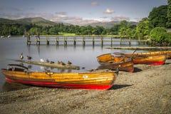 Barcos de enfileiramento na costa Ambleside imagem de stock royalty free