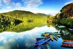 Barcos de enfileiramento no lago em Pokhara, Nepal, Ásia imagem de stock