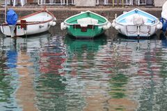Barcos de enfileiramento no porto de Desenzano Fotografia de Stock