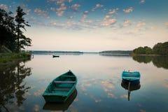 Barcos de enfileiramento nos alces do lago Fotos de Stock Royalty Free
