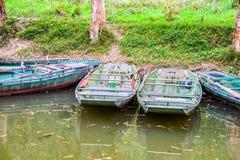 Barcos de enfileiramento velhos estacionados no canal imagem de stock royalty free