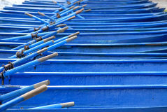 Barcos de fila azules atracados Imagenes de archivo