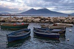 Barcos de fileira em Nápoles fotografia de stock