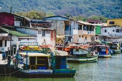 Barcos de Fisher em um rio perto da comunidade do fisher imagem de stock