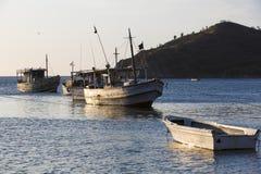 Barcos de Fisher en la bahía de Taganga con puesta del sol Fotos de archivo