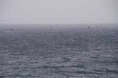 Barcos de Fisher en la niebla del early-morning Imagen de archivo