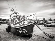 Barcos de Fisher en St Ives Cornwall durante la bajamar - CORNUALLES, INGLATERRA - 12 DE AGOSTO DE 2018 foto de archivo libre de regalías