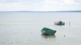 Barcos de Fisher entrados em uma costa do lago filme