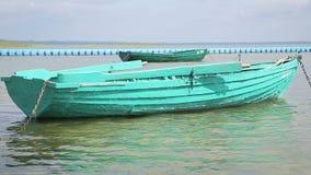 Barcos de Fisher entrados em uma costa do lago video estoque