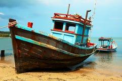 Barcos de Fishermans en la costa del océano. foto de archivo libre de regalías