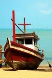 Barcos de Fishermans na costa do oceano. fotografia de stock