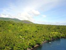 Barcos de Fisherspela praia e pela floresta no passo de Lembeh fotos de stock royalty free
