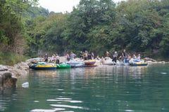 Barcos de goma cerca de la orilla del río Foto de archivo