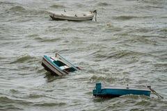 Barcos de hundimiento en Cádiz fotos de archivo