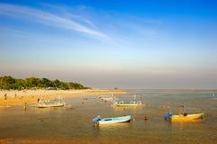Os barcos na praia fotos de stock