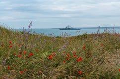 Barcos de la Armada militares en un mar, acorazado con el cielo azul y el mar imagen de archivo libre de regalías