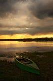 Barcos de la bahía en la puesta del sol Fotos de archivo
