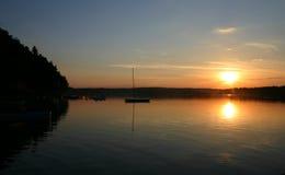 Barcos de la bahía en la puesta del sol Foto de archivo libre de regalías