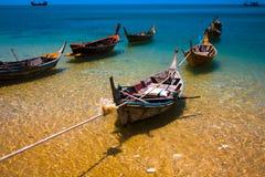 Barcos de la cola larga en el mar claro cristal Foto de archivo libre de regalías