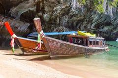 Barcos de la cola larga en la bahía de Phang Nga Foto de archivo libre de regalías