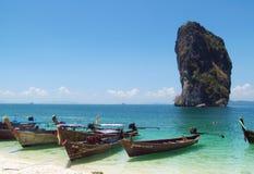 Barcos de la cola larga en las playas y las islas Tailandia de Krabi Imagenes de archivo