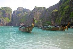 Barcos de la cola larga en Maya Bay - Tailandia imagen de archivo