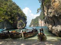 Barcos de la cola larga en una pequeña playa en Tailandia imagenes de archivo
