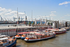 Barcos de la excursión en Hamburgo-St Pauli Fotos de archivo