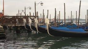 Barcos de la góndola de Venecia metrajes